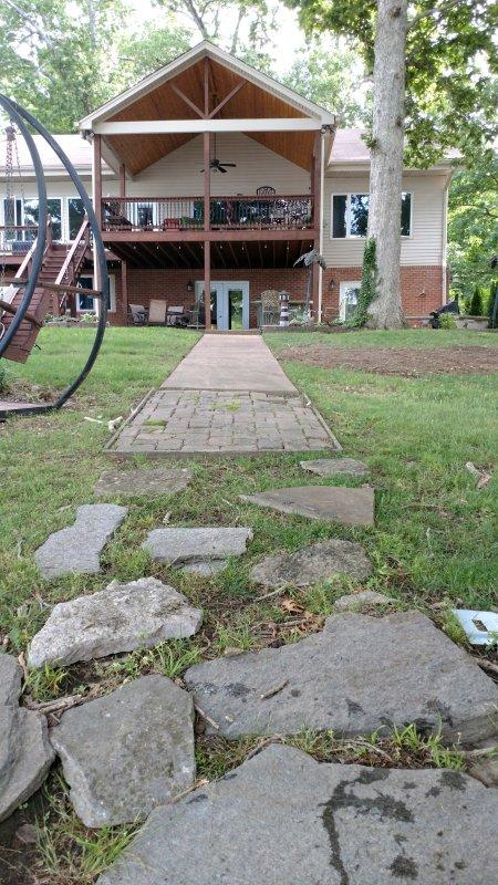Árbol cubierto patio trasero ofrece un montón de sombra en los meses de verano, la gran terraza cubierta.