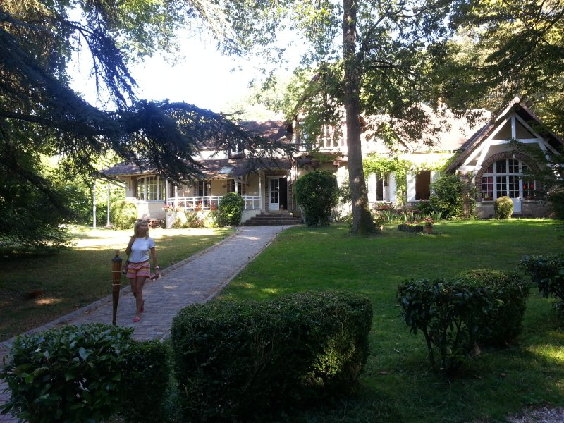 White House: small manor from 17 to 20 beds. 125 km from Paris near Sens (Yonne)
