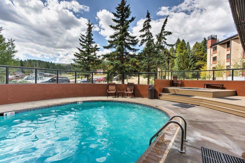 ¡Aprovecha las comodidades del complejo, incluida esta piscina climatizada!