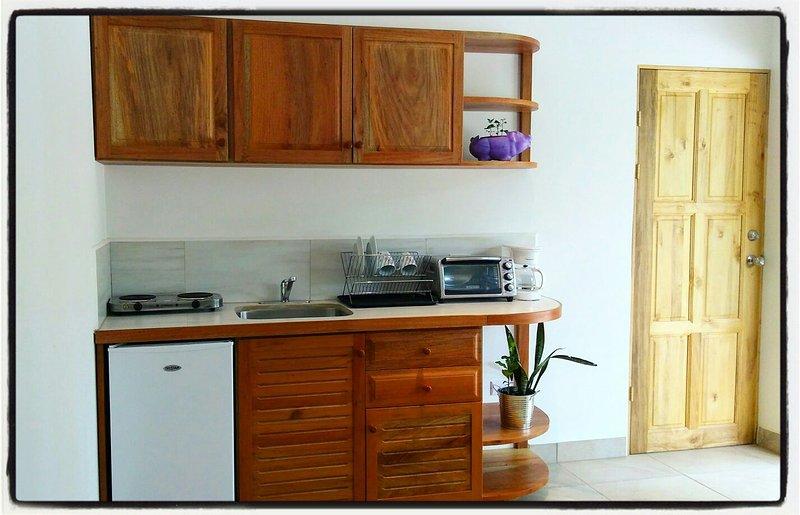 """Cocina y comunicar Sala Puerta Roja - Apartamento """"Ceiba BLANCA"""""""