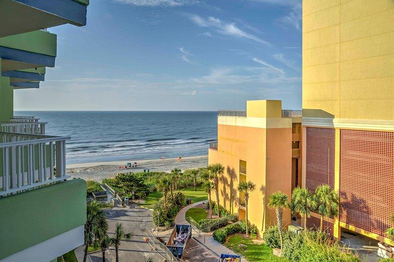 Los madrugadores se aprecian las vistas del océano y el amanecer con su café de la mañana durante su estancia en este 1 dormitorio, 1-baño condominio de alquiler de vacaciones en Myrtle Beach.