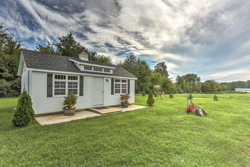 pure tranquillité vous attend dans ce charmant studio de location de vacances situé sur 15 acres de terres privées, sereine.
