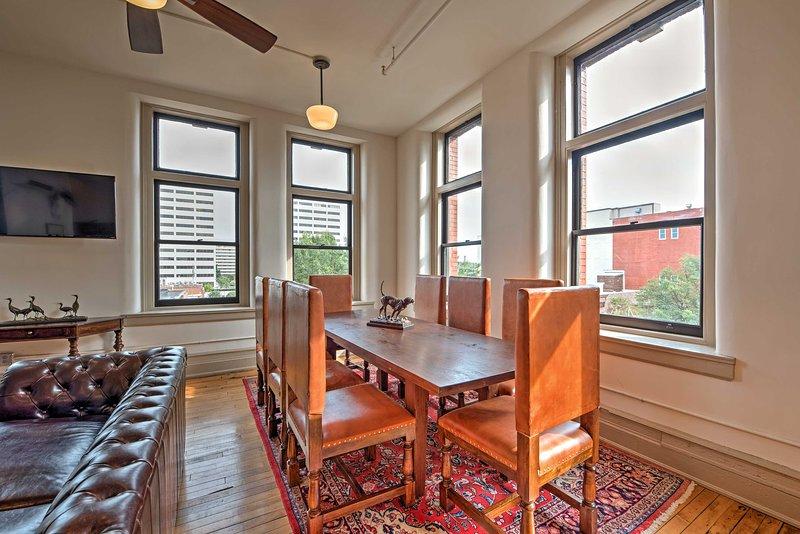 Disfrutar de su café de la mañana alrededor de la mesa de comedor mientras disfruta de las vistas a la ciudad.
