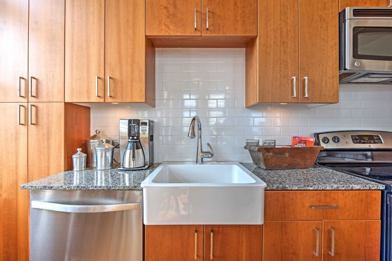 Un fregadero de granja añade un toque de encanto del sur de esta cocina moderna.