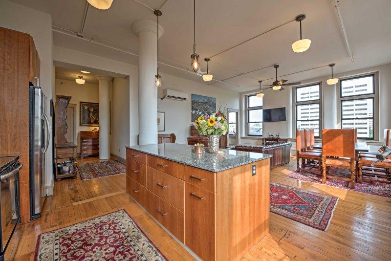 alfombras ornamentadas decorar los pisos de madera en todo el apartamento.