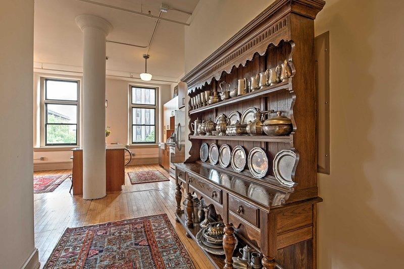 Antigüedades añaden carácter a esta hermosa casa moderna.