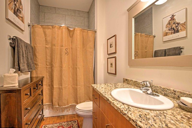 Con artículos de aseo gratuitos, 2 baños completos proporcionan comodidad y privacidad para los huéspedes.