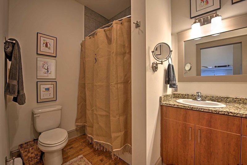 toallas y artículos de tocador se almacenan para uso de los huéspedes!
