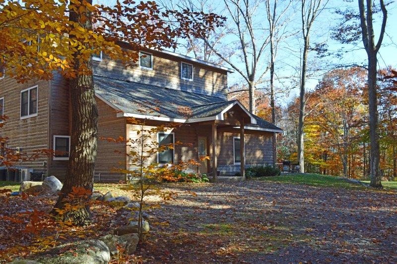 Otoño en octubre! entrada oeste del Ocultos Cedar Inn con un hermoso follaje de otoño.