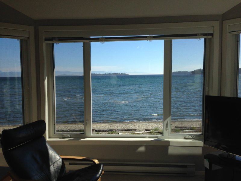 TRULY BEACHFRONT - 180 degree unobstructed views, holiday rental in Parksville