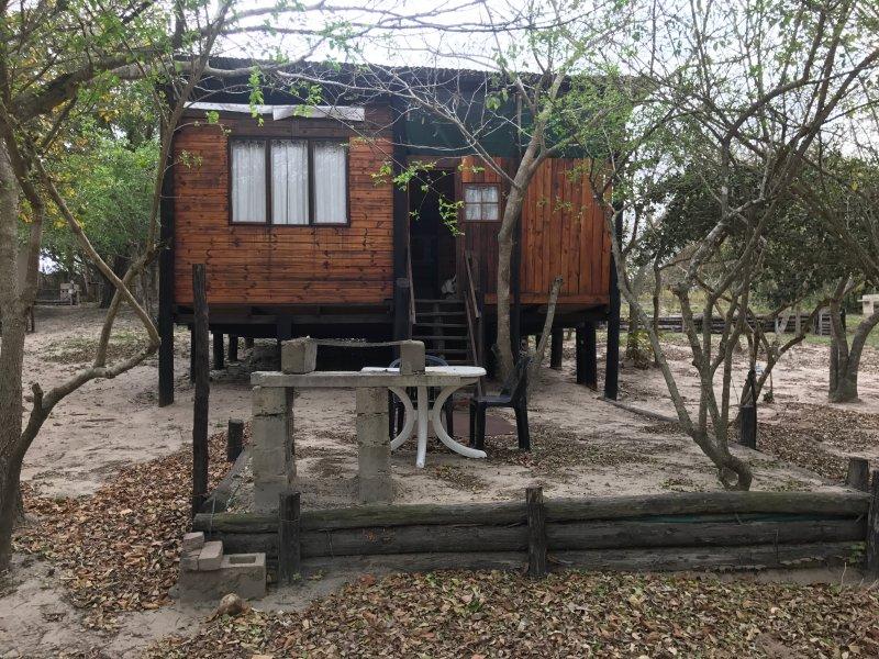 Ferienhaus Chalet -Unit 4 mit drei Schlafzimmern, Küche und Bad mit Dusche.