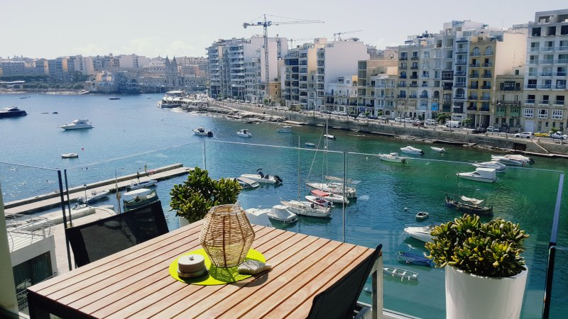 Seafront apartment in Spinola Bay, Saint Julians, Ferienwohnung in San Ġiljan