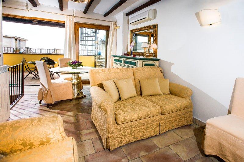 Da John e Virginia luxury apartment in the historic center, free wi-fi, vacation rental in Taormina