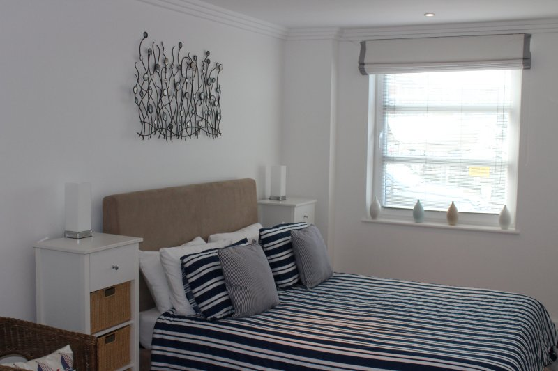 A Luxury waterside apartment, holiday rental in Whippingham