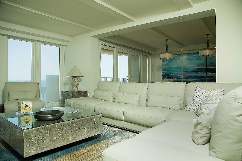 Flatscreen-tv, gratis wifi en een geweldig uitzicht op de oceaan vanuit de grote ramen.