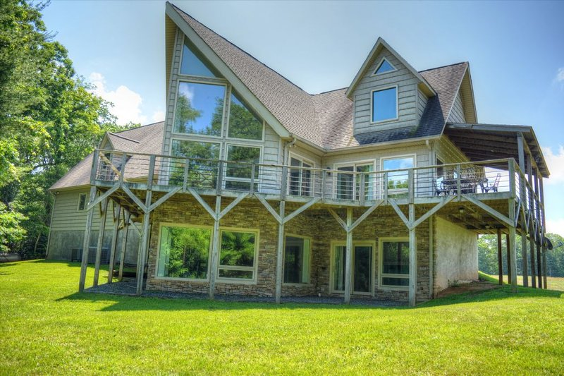 Wolf Ridge Chalet-Amazing 6 BR Chalet w/HOT TUB, Pool Table, Fire Pit, Foosball,, holiday rental in Fleetwood