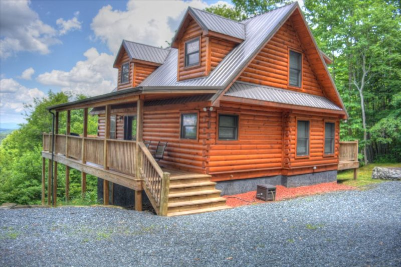 Alpen Rose-Beautiful 3 BR Cabin w/30 mile VIEWS, Hot Tub, Wi-Fi & Pets Considere, location de vacances à Lansing