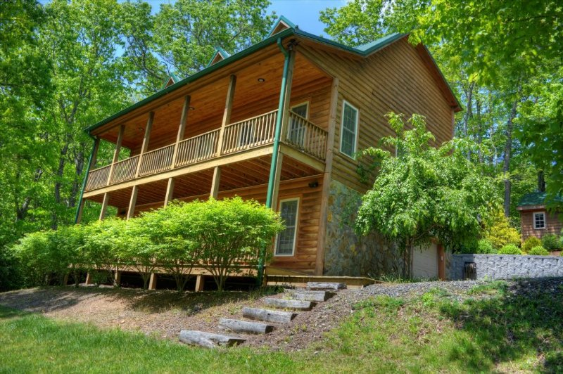 Rellings Retreat-3 BR Cabin with HOT TUB, POOL TABLE, Wooded Views, Fire Pit, AC, holiday rental in Fleetwood