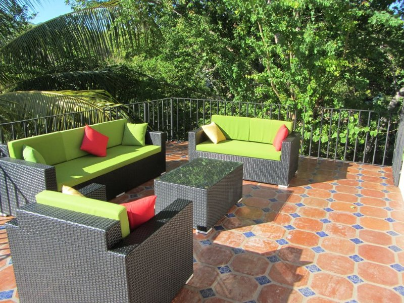 Amazing quiet one bedroom  hideaway with huge outdoor deck & close to everything, holiday rental in La Cruz de Huanacaxtle