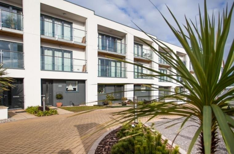 Stunning 3 BR Oceanfront Townhouse in Torquay steps from Blue Flag beach, holiday rental in English Riviera