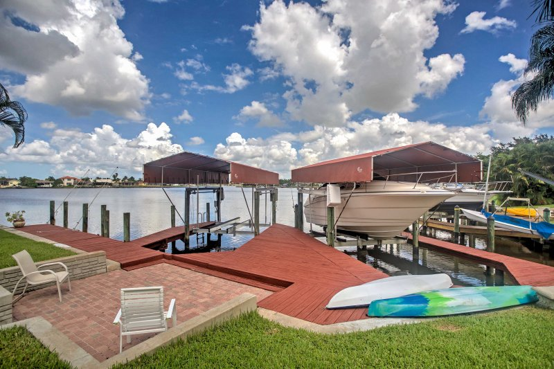 Lakefront Gulf Breeze Villa w/Dock & Private Pool, location de vacances à Iona