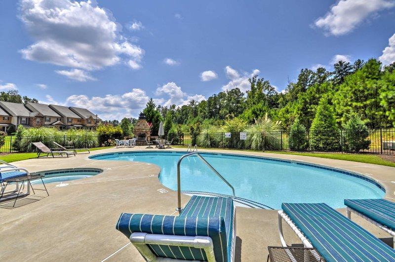 Pase el día descansando en la piscina de la comunidad o bañera de hidromasaje, que son a la vez abierto todo el año.