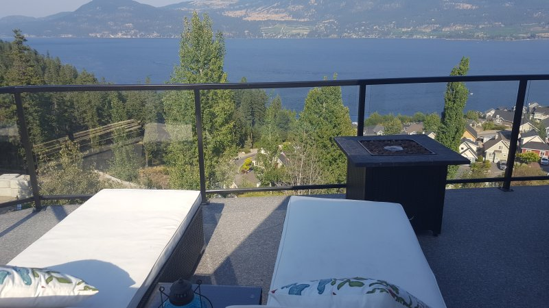 Lake Front Kelowna Vacation Home-2 Bed & Bath, Swim in Lake, Play in Pool, Relax, vakantiewoning in South Fintry