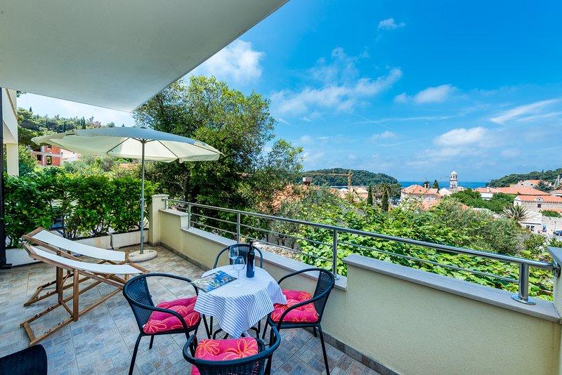 Möblierte Terrasse mit lovey Stadt und Meerblick