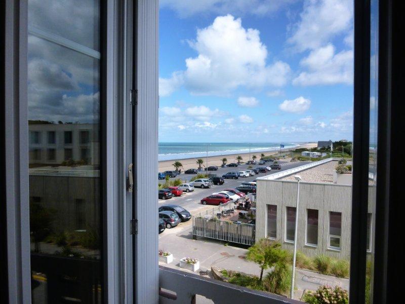 vista al mar desde la ventana del salón. Desde el estudio, escuchará las olas y resaca