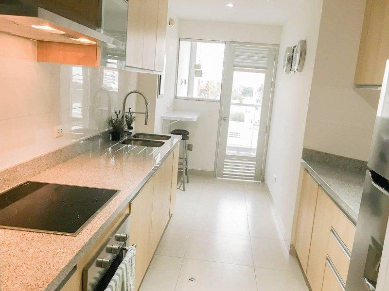 Cozinha totalmente equipada. Frigorífico, forno, torradeira, água quente, forno, utensílios de cozinha, toalhas, liquidificador, panelas ..