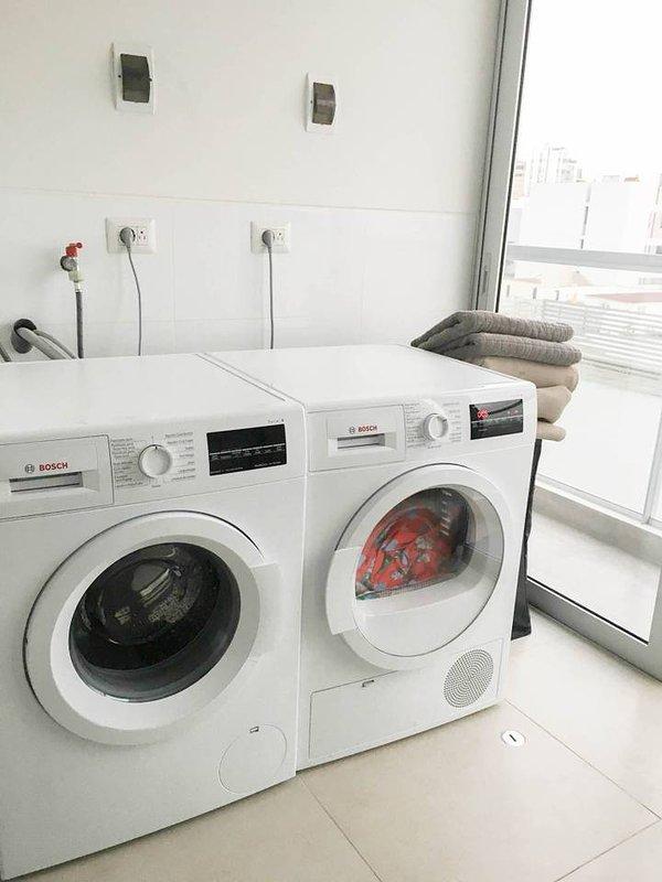 lavadora e secadora disponíveis no apartamento