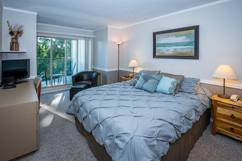 aconchegante cama queen size, área de espaço de trabalho, TV a cabo, vista pátio.