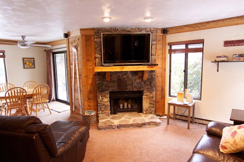 condomínio primeiro andar impecável com grande ecrã HD TV, firelplace, móveis de couro e cozinha nova.
