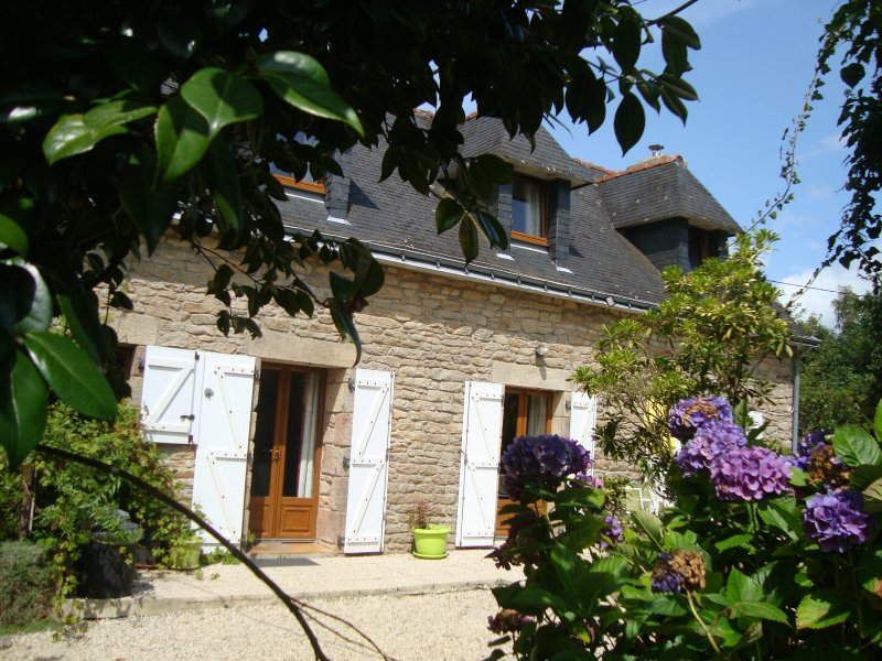 3 Bedroom luxury Cottage /Heated Indoor pool / Hot TUB/SAUNA/GYM/MASSAGE/WI-FI, holiday rental in Le Croisty