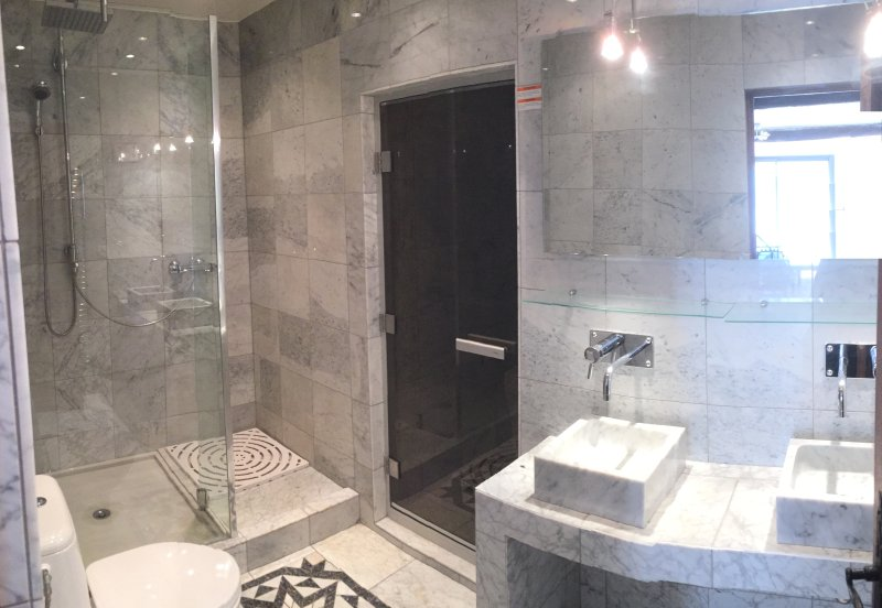 Miss Moneypenny bathroom in Carrera marbel with Steam room / Hammam