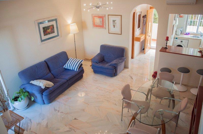 Großes, helles Wohnzimmer, hohe Decken, exquisite Möbel. Offene Küche.