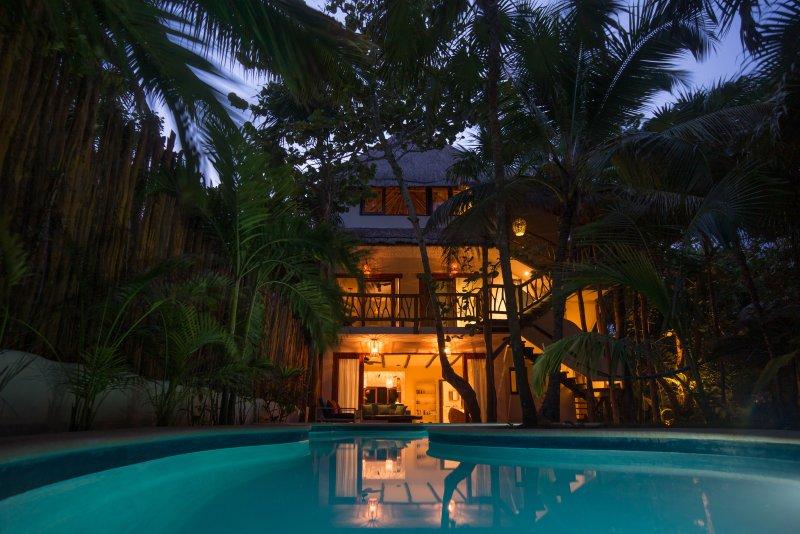 Casa Mandala por la noche con piscina privada.