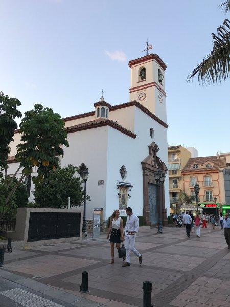 Fuengirola com a sua praça pitoresca igreja e movimentadas restaurantes e bares fica a apenas 15 minutos de distância