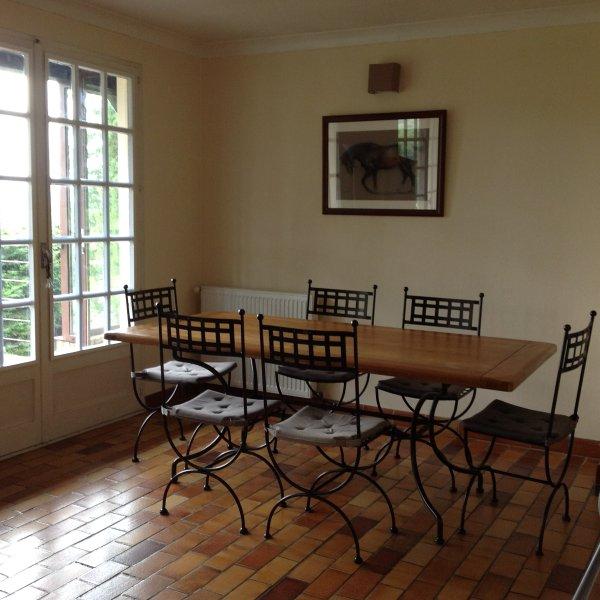 Maison familiale avec vue exceptionnelle sur Cluny. Un ecrin de verdure au calme, location de vacances à Camp Diable