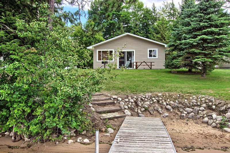 2 bedroom 1 bath cozy Lake front cabin. Sleeps 4-6, alquiler de vacaciones en Interlochen