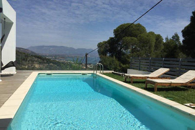Gorgeous pool villa with stunning View, alquiler de vacaciones en Corinthia Region
