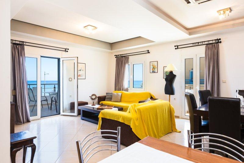 Sala de estar conectado com a área de jantar que oferece excelente vista para o mar !!