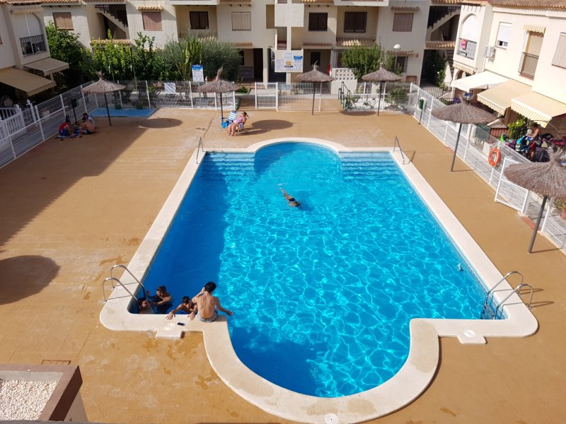Beautiful 1 Bed Apartment (Sleeps 4 + Infant) AirCon, Communal Pool, UK TV – semesterbostad i Puerto de Mazarron