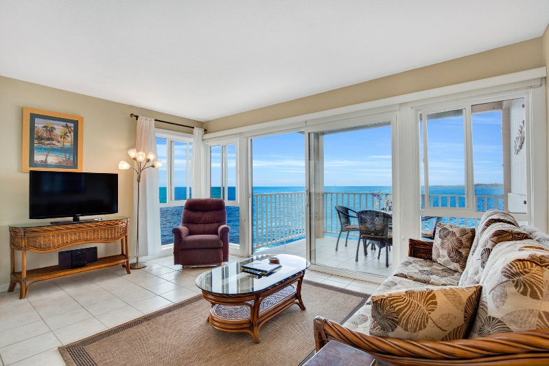 Relax and Watch the Large Flat Screen TV with Great Ocean Views!
