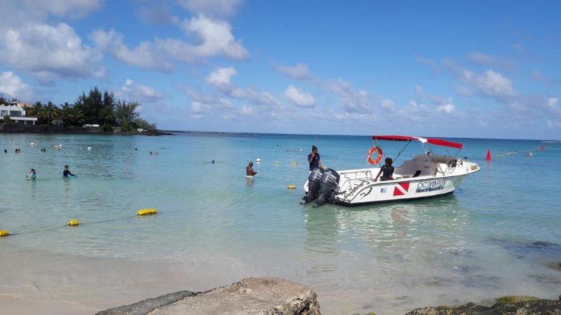 plage de Péreybère et l'un des bateaux de plongée