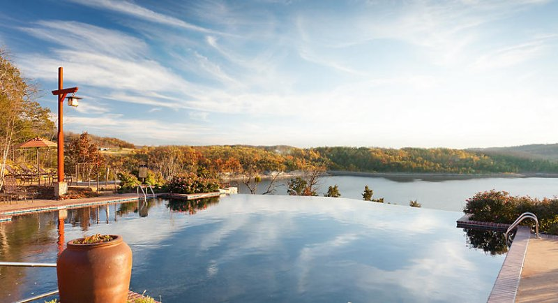 Piscina infinita con vistas al lago Table Rock