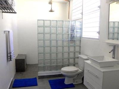 douche énorme, 4'x5' avec banc et le siège!