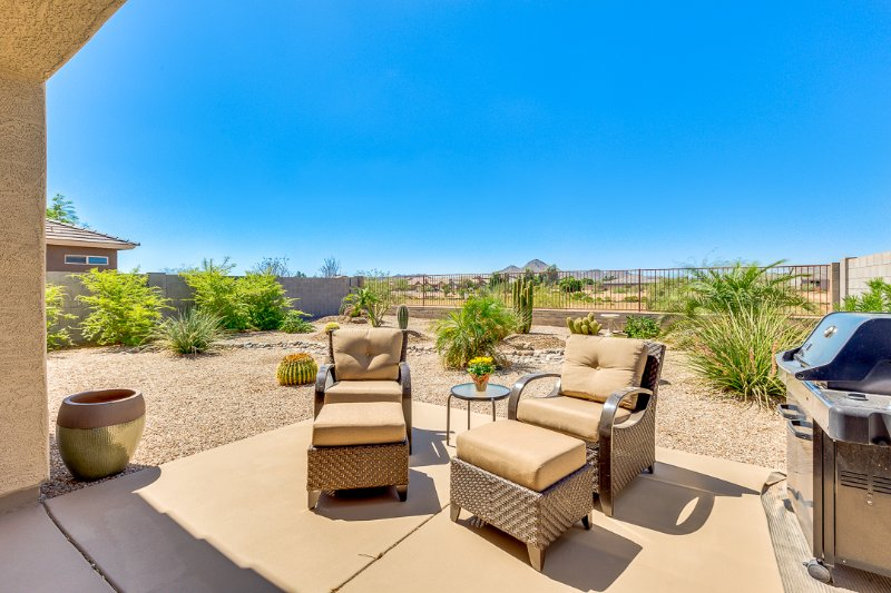 Unobstructed Mountain Views! Backyard Paradise! 30 Night Minimum Stay!, alquiler vacacional en Queen Creek