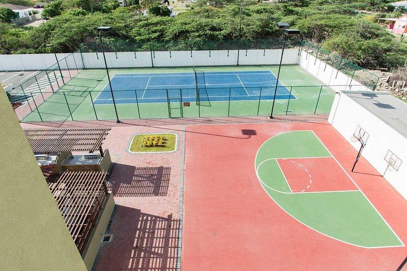 Terrain de tennis en dur et demi terrain de basket disponible!