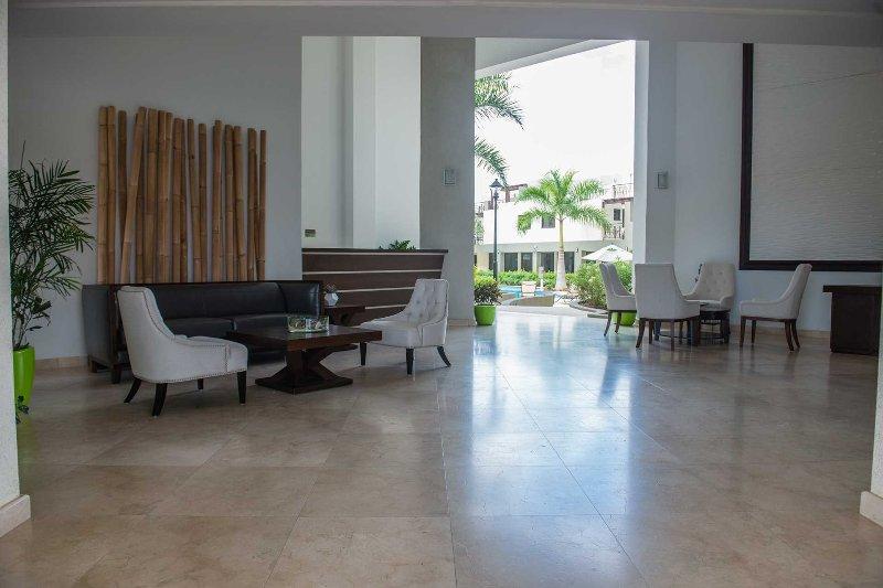 Hall du complexe avec la réception et les services de conciergerie